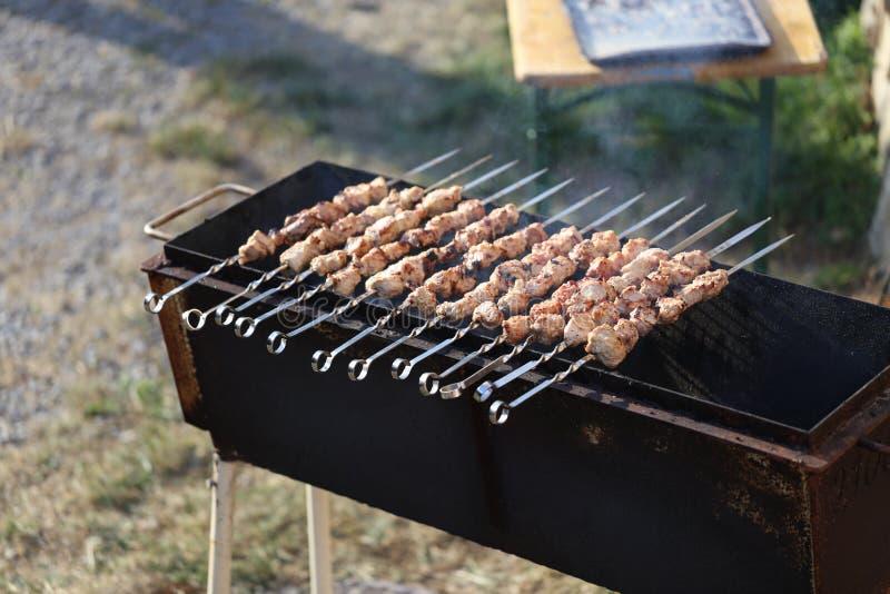 Des chiches-kebabs sont faits frire sur le gril image stock