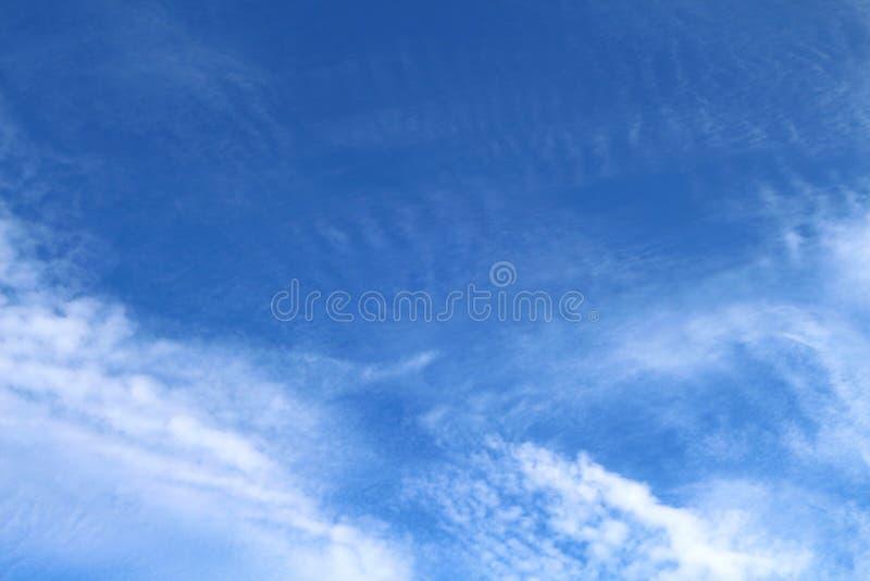 Des cieux bleus et les nuages blancs sont admirablement modelés photographie stock libre de droits