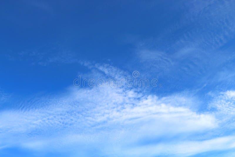 Des cieux bleus et les nuages blancs sont admirablement modelés photos stock
