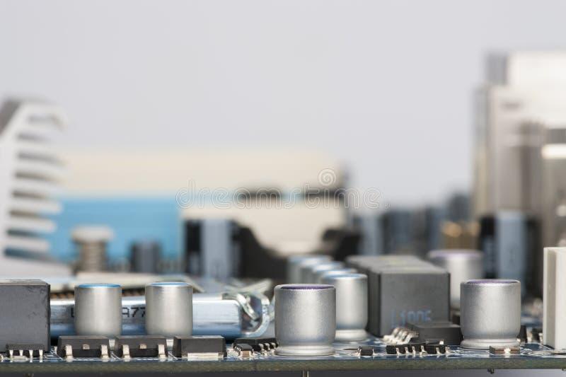 Des composants électroniques sont montés sur les obstructions de condensateurs de diodes de puces de panneau de dispositif photographie stock libre de droits