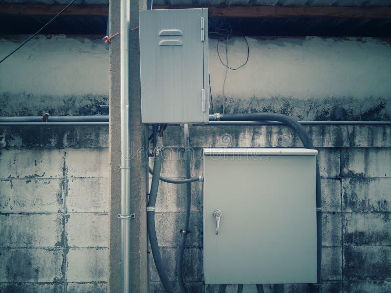 Des contrôles électriques de standard sont attachés au poteau électrique photos libres de droits