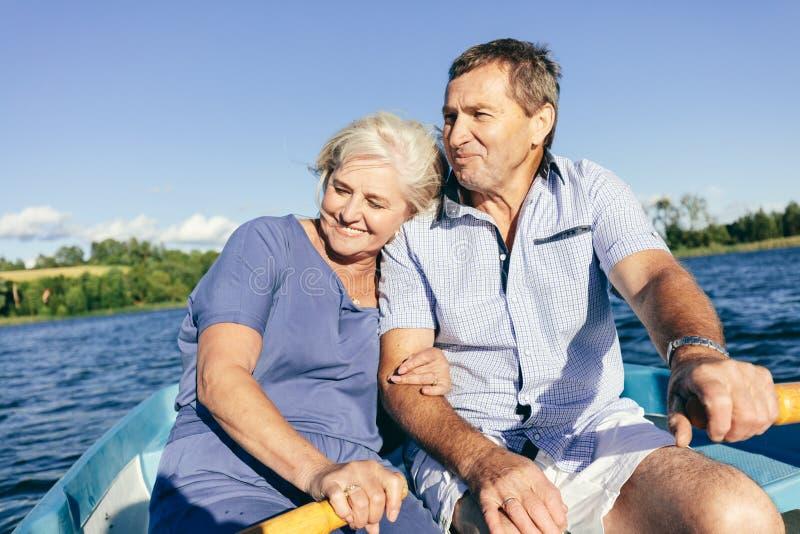 Des couples plus anciens caressant sur un bateau images libres de droits