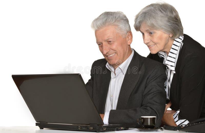 Des couples plus anciens dans le lieu de travail image libre de droits