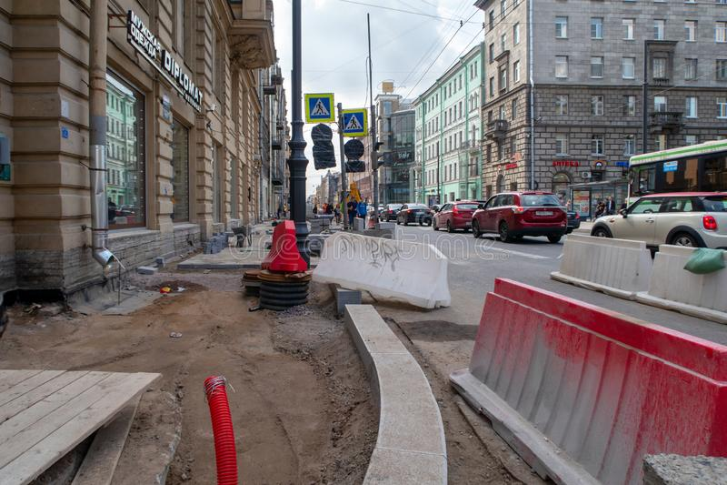 Des courses sur route - réparez des trottoirs dans la ville photo stock