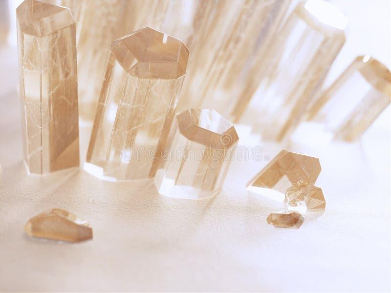 Des cristaux transparents poussent dans le désert images libres de droits
