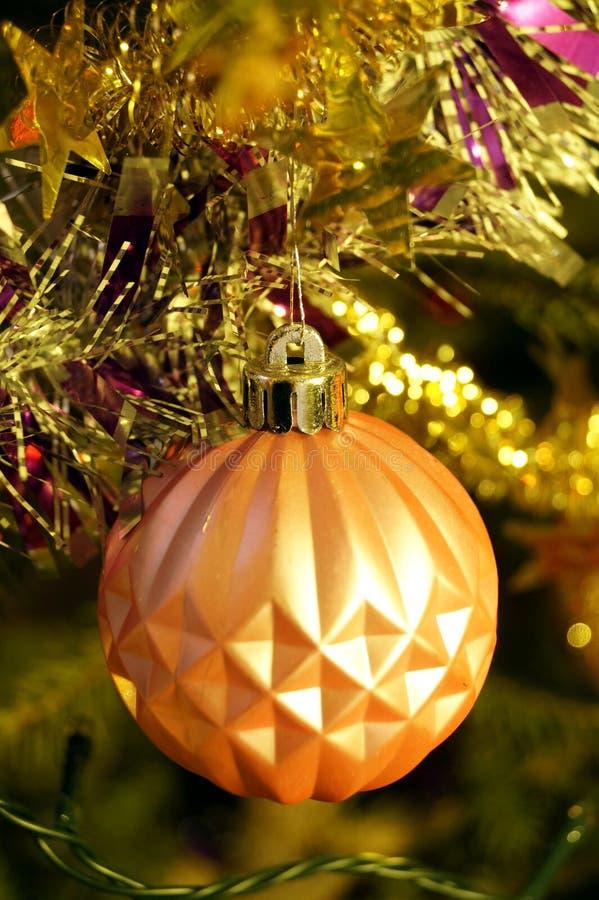 Des décorations claires et brillantes pour Noël et le Nouvel An sont accrochées à une épinette verte images stock