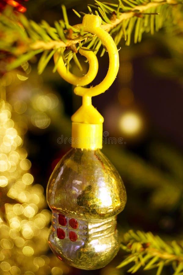 Des décorations claires et brillantes pour Noël et le Nouvel An sont accrochées à une épinette verte photos stock