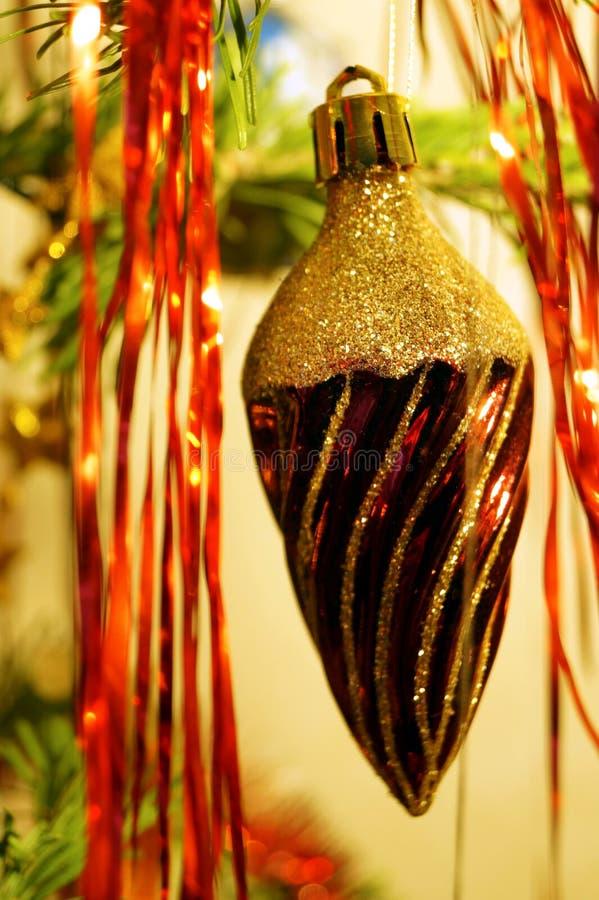Des décorations claires et brillantes pour Noël et le Nouvel An sont accrochées à une épinette verte photo libre de droits