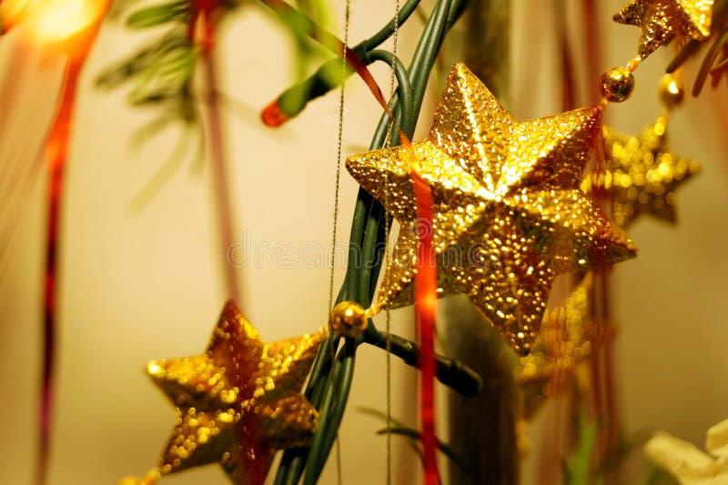 Des décorations claires et brillantes pour Noël et le Nouvel An sont accrochées à une épinette verte photographie stock