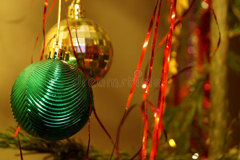 Des décorations claires et brillantes pour Noël et le Nouvel An sont accrochées à une épinette verte photos libres de droits