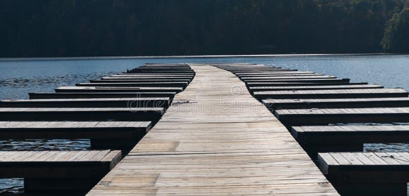 Des docks vides et les amarrages de bateau après des bateaux sont enlevés image stock