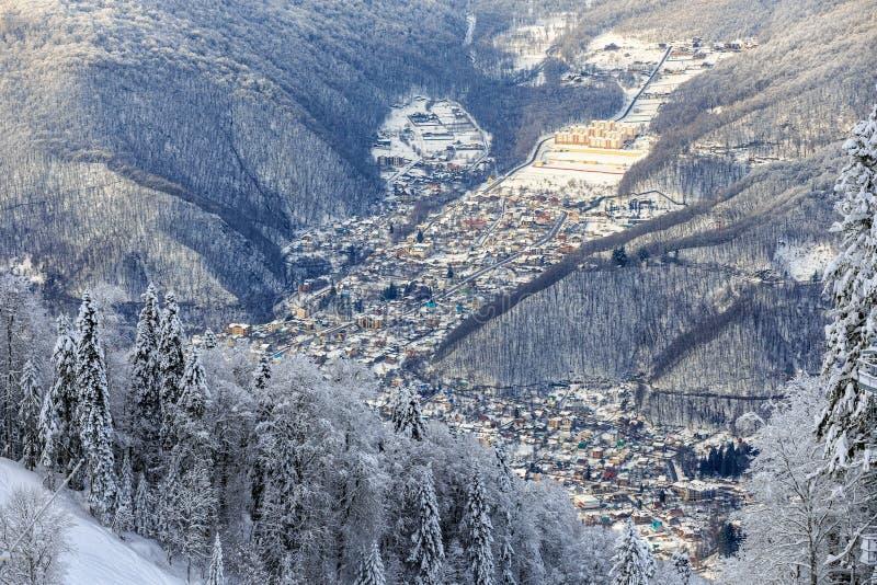 Des Dorf-verschneiten Winters Krasnaya Polyana Berglandschaft Sochi, Russland, West-Kaukasus stockfotos