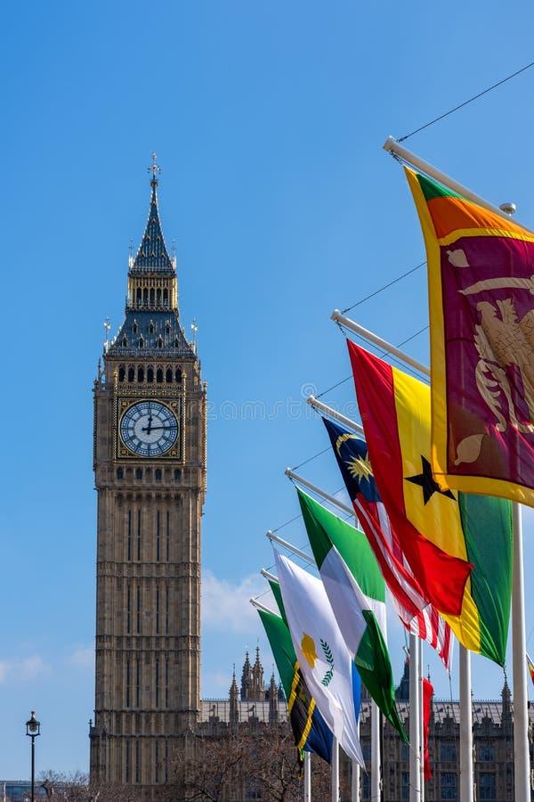 Des drapeaux volent sur Parliament Square à Londres le 13 mars 2016 photographie stock
