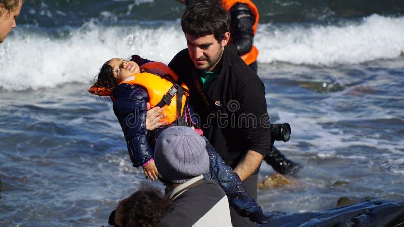 Des enfants sont retirés du bateau photos stock