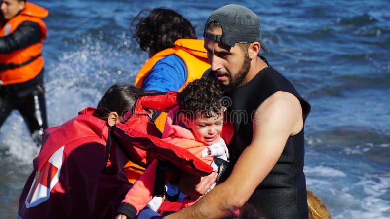 Des enfants sont retirés du bateau photographie stock libre de droits