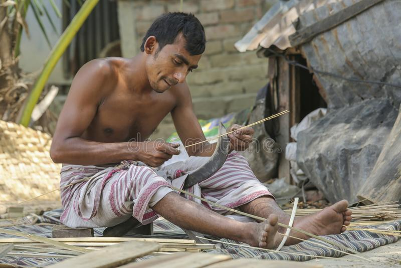 Des fans traditionnelles de main sont faites chez Cholmaid dans l'union de Dhaka's Bhatara après l'apport des matières première image libre de droits