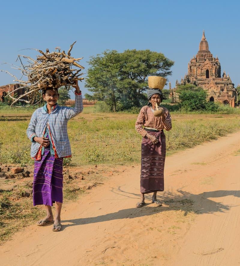 Des femmes birmannes plus âgées dans Bagan, Myanmar image libre de droits