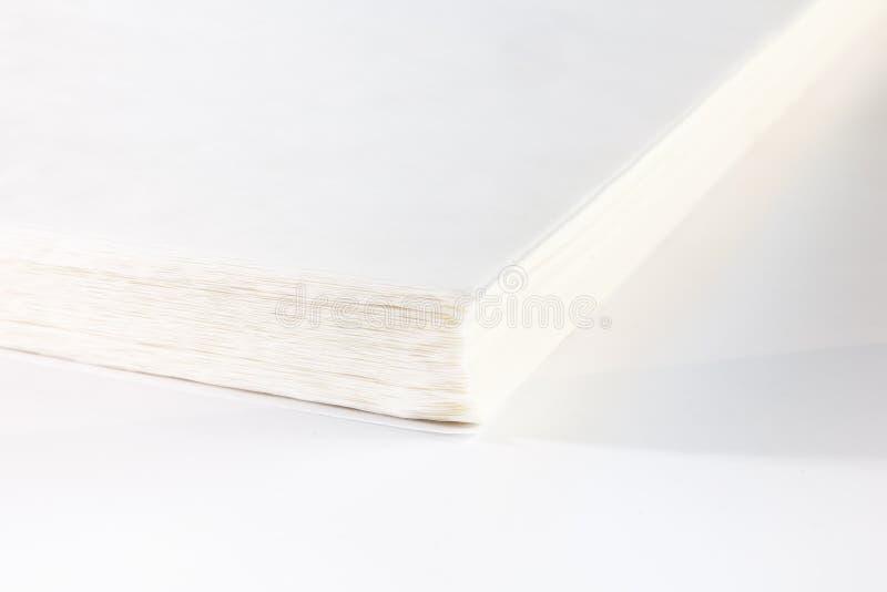 Des feuilles de papier sont empilées Vue du coin du paquet images stock