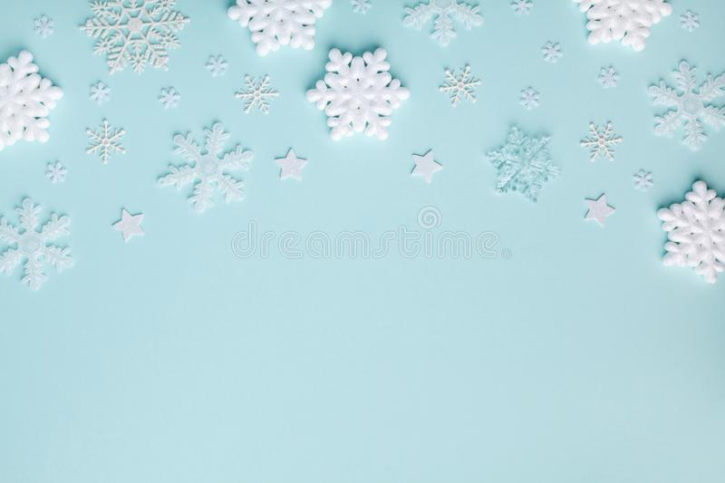 Des flocons de neige décoratifs blancs sur fond pastel turquoise Carte de vacances de Noël ou de Nouvel An vue d'en haut Pièce pl images libres de droits