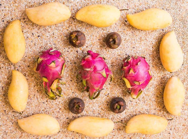 Des fruits, régime et concept sain de nourriture - fermez-vous de la mangue, fruit du dragon, mangoustan image libre de droits