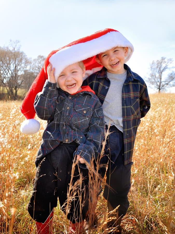 Des garçons portant un chapeau de Père Noël photos stock