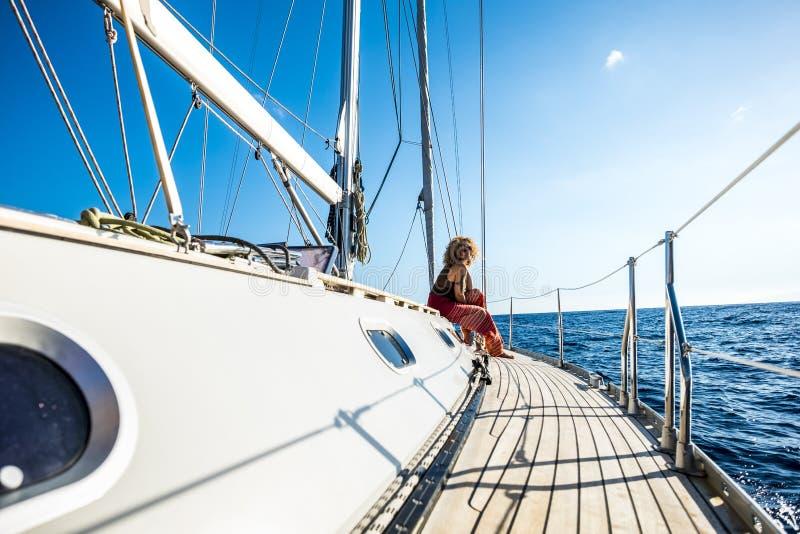 Des gens joyeux et heureux qui profitent d'une balade en voilier pendant les loisirs de plein air et les vacances d'été en libert photos stock