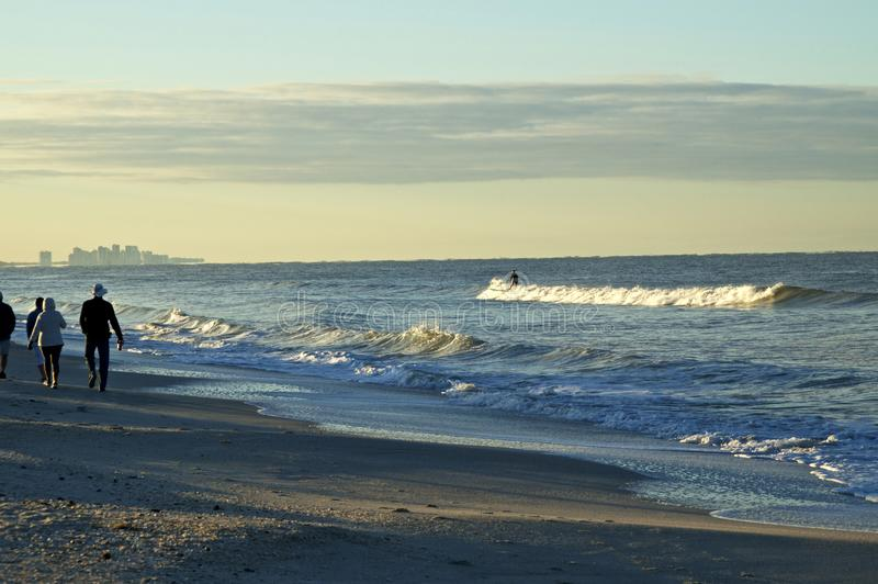 Des gens marchant sur la plage de bonita avec surf au lever du soleil image stock