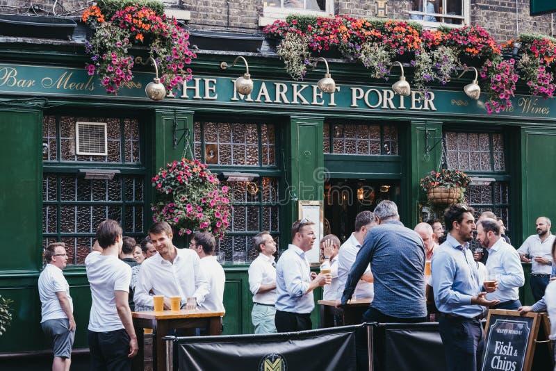 Des gens se tenant debout et buvant à l'extérieur du pub Market Porter à Borough Market, Londres, Royaume-Uni photos libres de droits