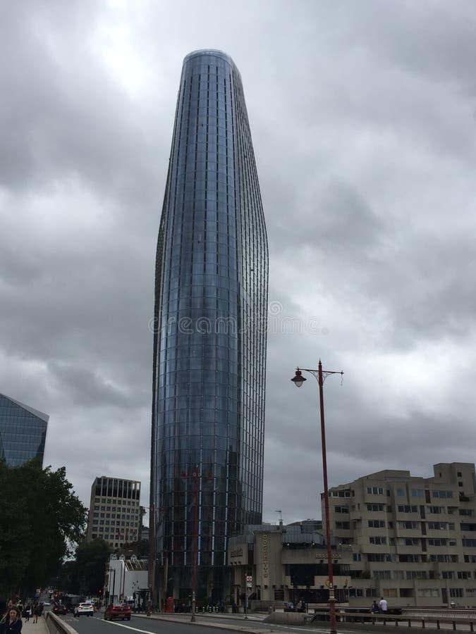 Des gratte-ciels londoniens en verre par jour nuageux image stock