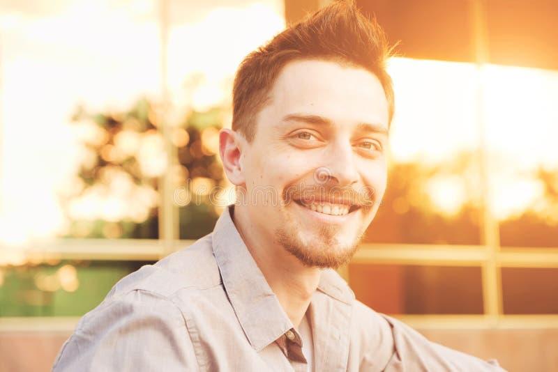 Des gutaussehenden Mannes Porträt draußen lizenzfreie stockfotos