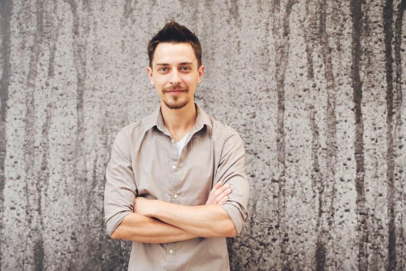 Des gutaussehenden Mannes Porträt draußen stockbilder