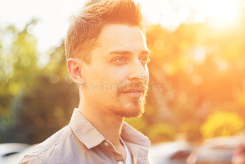 Des gutaussehenden Mannes Porträt draußen lizenzfreies stockfoto