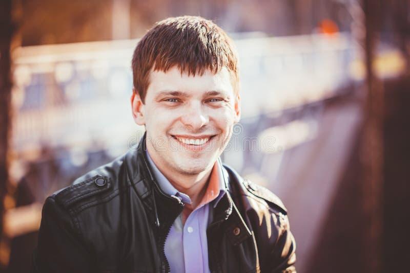 Des gutaussehenden Mannes Porträt draußen Autumn Colors lizenzfreie stockfotos