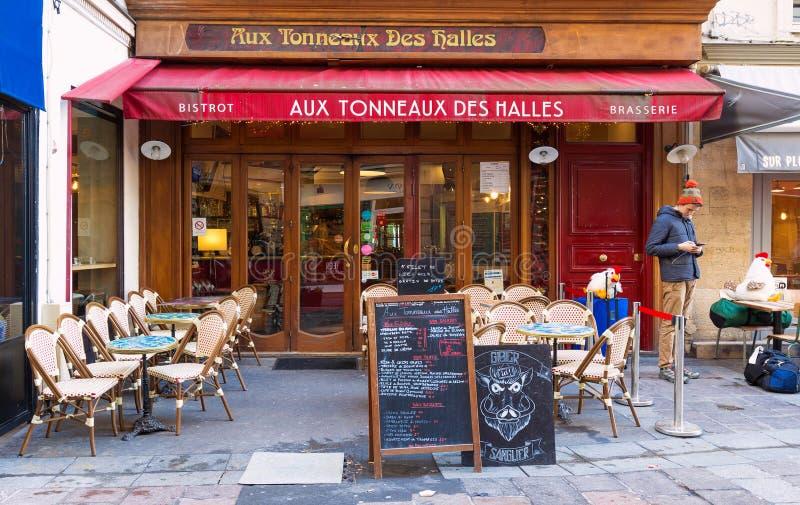 Des Halles tonneaux традиционных французских бистро вспомогательный на улице Montorgueil в Париже, Франции стоковое изображение rf