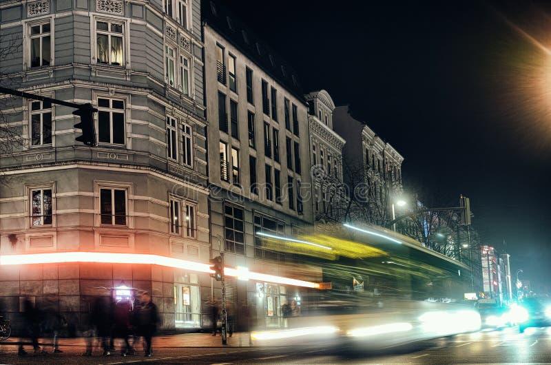 Des Hausöffentlichen orts HAMBURGS beleuchten das rote Tanzen alter Straßennachtzeitbelichtung Europa-Partei, das berühmte Autos  lizenzfreie stockbilder