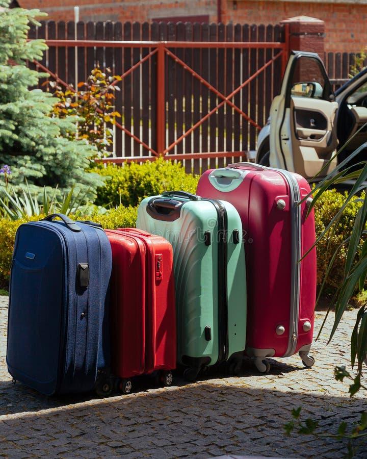 Des Haussonnensommergepäck-Familienautos des Gepäckes pflanzen blaue rosa orange bereite Feiertage Grün vier lizenzfreie stockbilder