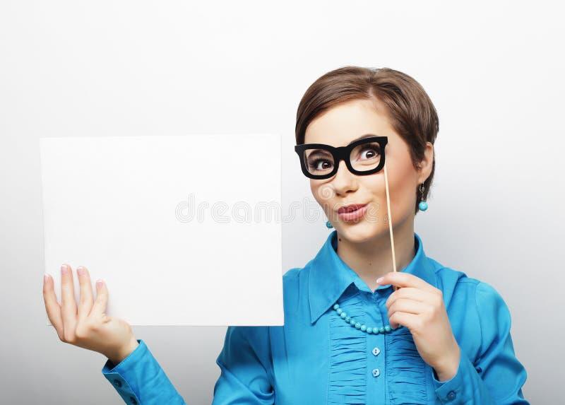 Des Holding-freien Raumes der jungen zufälligen Frau glückliches Zeichen lizenzfreie stockfotos