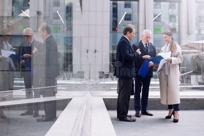 Des hommes d'affaires qui travaillent ensemble à l'extérieur concept de travail d'équipe et de partenariat photos libres de droits