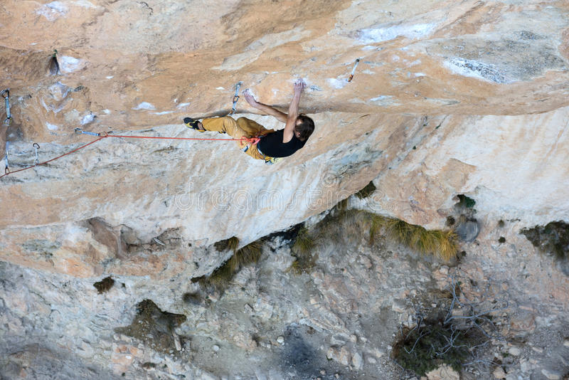 Des im Freien Tätigkeit Sports Aufsteigender Kletterer eine schwierige Klippe Extremes Sportklettern lizenzfreie stockfotografie