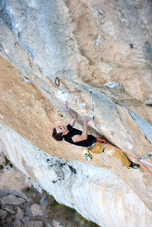 Des im Freien Tätigkeit Sports Aufsteigender Kletterer eine schwierige Klippe Extremes Sportklettern Abenteuer und Reise lizenzfreies stockbild