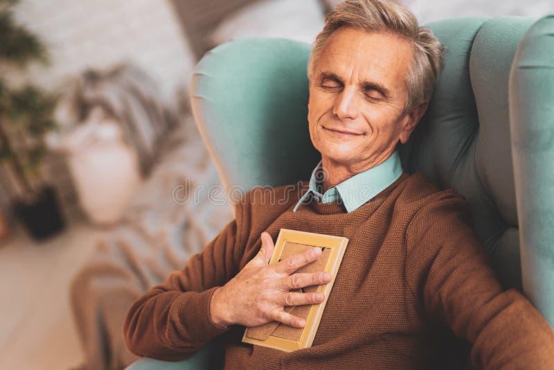 Des im Ruhestand sichere Ausgabenzeit Manngefühls mit Familie stockfoto