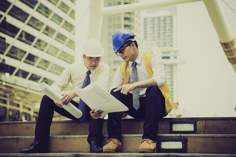 Des ingénieurs asiatiques ont été consultés ensemble et prévoient image libre de droits