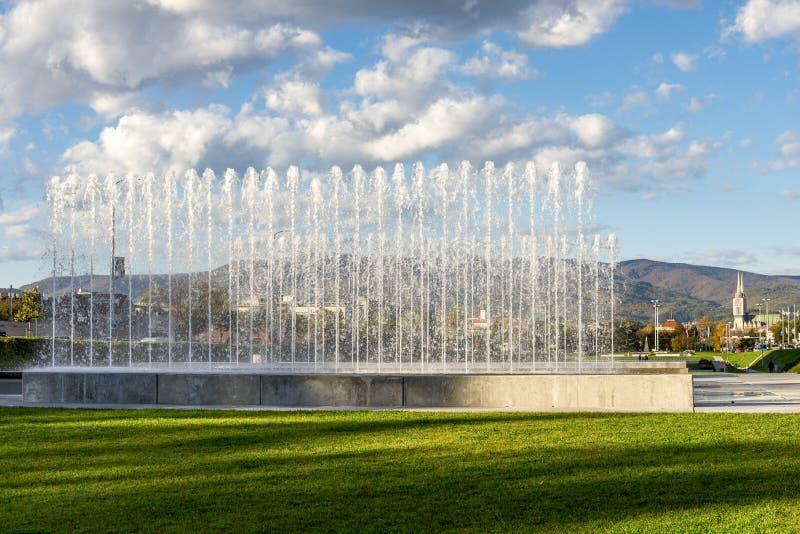 Des jets d'eau en haute fontaine dans la ruelle University Park par beau temps, Zagreb, Croatie photos libres de droits