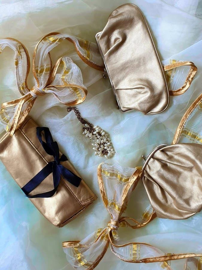 Des Kosmetiktasche-Schönheits-Schmuckgoldkosmetiktaschemakes-up die Zusätze der Frauen stilvolle kosmetische Luxusfälle stockfoto