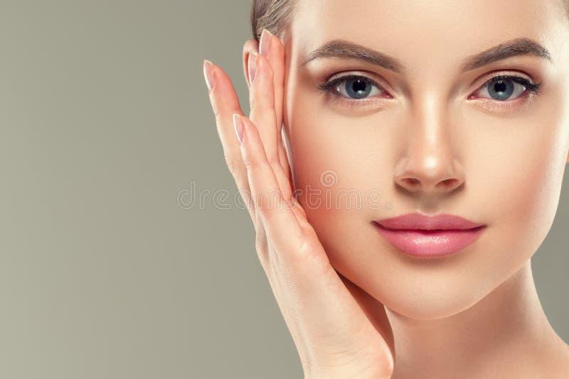Des kosmetischen weiblichen gesunde Haut Frauen-Gesichtes des Augenmasken-Fleckens stockbild