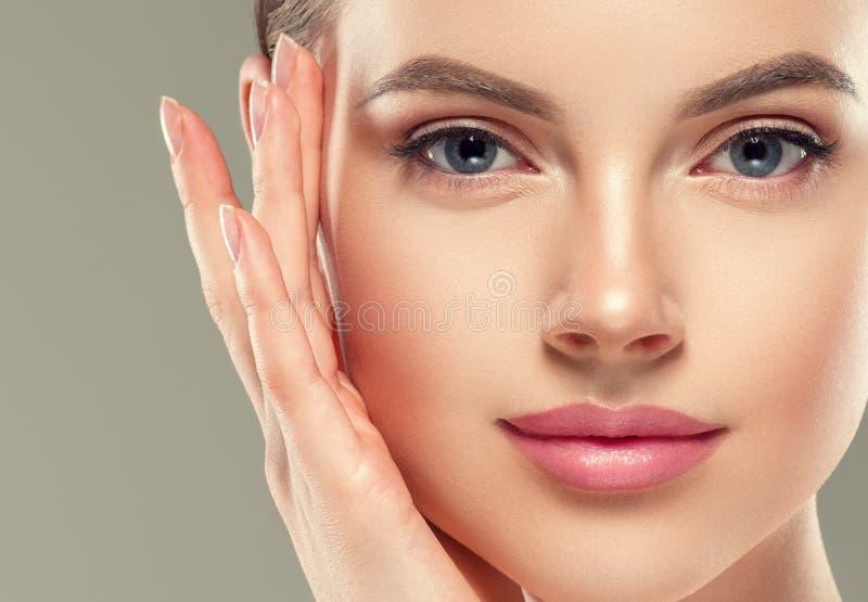 Des kosmetischen weiblichen gesunde Haut Frauen-Gesichtes des Augenmasken-Fleckens stockfotografie