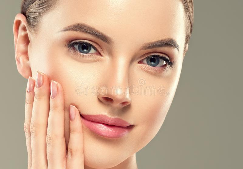 Des kosmetischen weiblichen gesunde Haut Frauen-Gesichtes des Augenmasken-Fleckens stockfoto