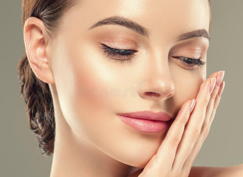 Des kosmetischen weiblichen gesunde Haut Frauen-Gesichtes des Augenmasken-Fleckens lizenzfreie stockbilder