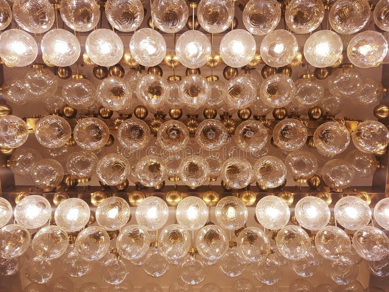 Des lampes sont placées dans une rangée image libre de droits
