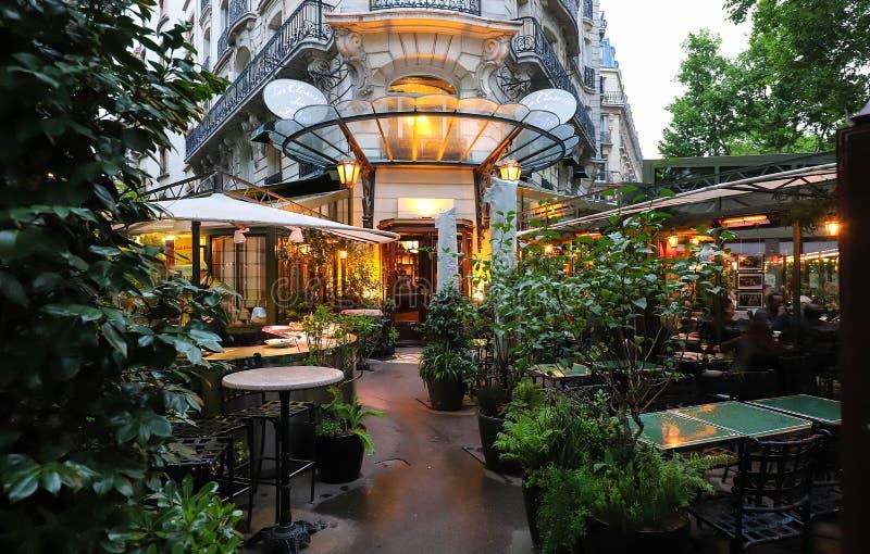 Des Lilas Closerie Ла кафа был где интеллигенция повиснула вне, Hemingway использовал для того чтобы написать здесь, поэт Baudela стоковое фото